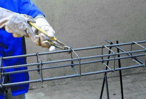 Металлические прутья лучше фиксировать способом связывания