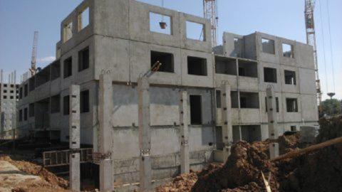 На фото – строительство каркасно-панельного керамзитобетонного дома