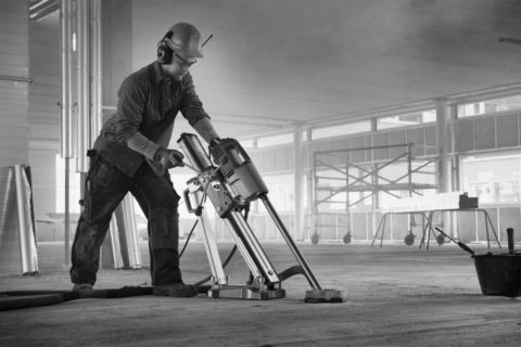 На фото запечатлена резка бетонного основания для проведения дальнейшей планировки