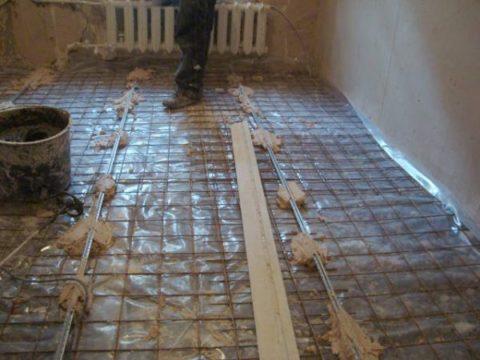 На полу уложена гидроизоляция и армирующая сетка