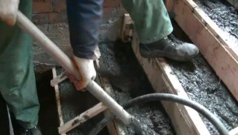 Штыкование бетона лопатой при заливке лестницы малоэффективно