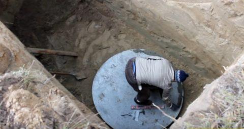 Вместо бетонирования дна можно уложить на него бетонную площадку, как на фото
