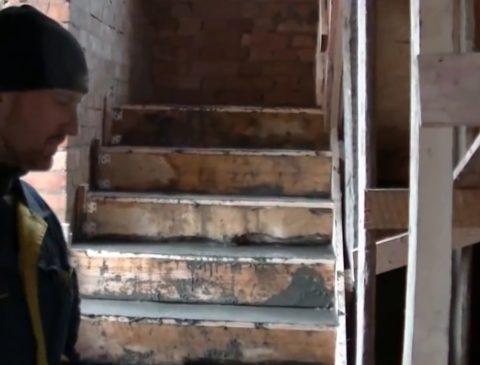 Заливка лестницы завершена