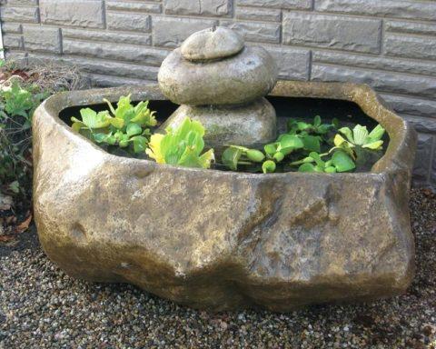 Декоративный камень из бетона можно применять и при изготовлении садовых фонтанчиков