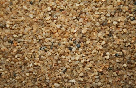 На фото кварцевый песок, чей порошок добавляется в бетоноконтакт для увеличения адгезионных качеств
