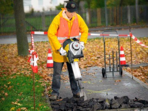 Не весь отечественный асфальт ломается под действием бетонолома. Зачастую это происходит без его участия