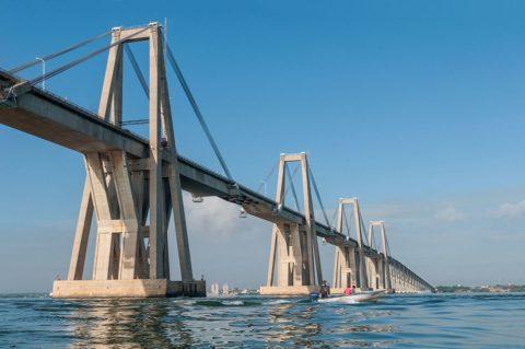 Переброшенный через пролив, соединяющий Венесуэльский залив и озеро Маракайбо, мост состоит из 135 пролетов