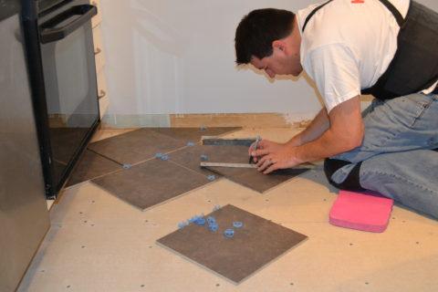 Предварительная раскладка и подрезка плитки при укладке по диагонали