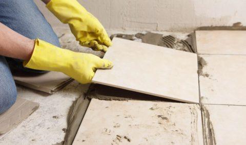 Процесс укладки плитки на бетон
