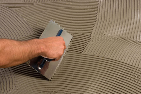 Смесь из бетона при укладке плитки