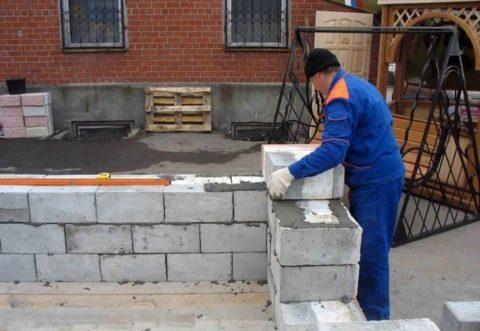 Стены из полистиролбетонных блоков – чем тоньше шов, тем лучше