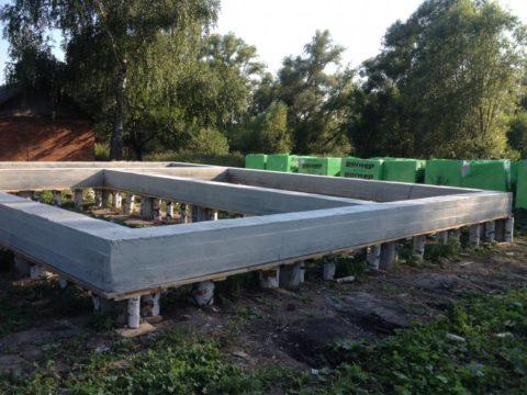Свайный фундамент – березовые чурки использованы только в качестве подпорок под опалубку