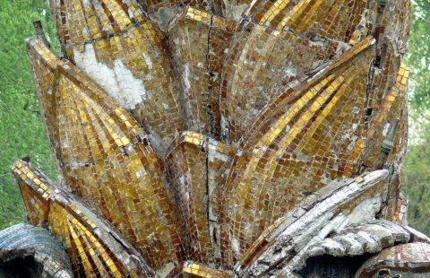 Трещины, отвалившиеся фрагменты мозаики - так выглядел фонтан до реставрации