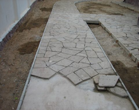 Укладка плитняка на бетонное основание- действия те же, что и при укладке тротуарной плитки