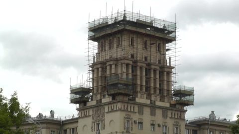 Башня дома в реставрационных лесах