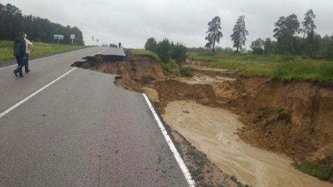 Дорожную насыпь подмыло дождем – система водоотведения не справилась с нагрузкой