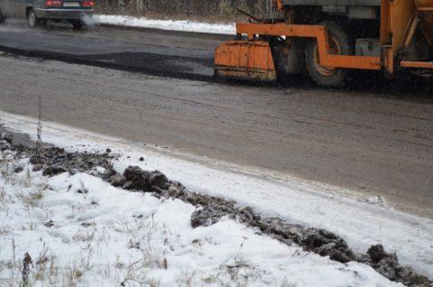 Технология устройства асфальтобетонного покрытия также подразумевает работу в зимнее время