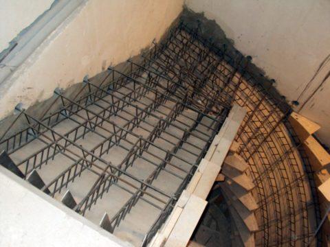 Армирование лестницы должно обязательно соединяться с несущими конструкциями здания