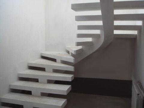Бетонная лестница на косоуре