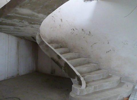 Без отделки бетон не только выглядит некрасиво, но и теряет свою прочность