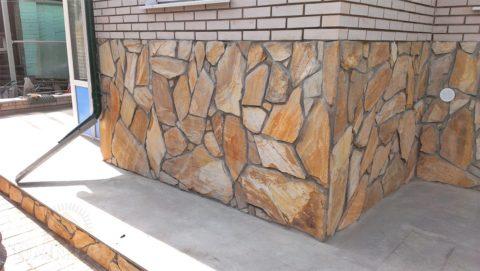 Для облицовки можно использовать натуральный камень недорогих пород