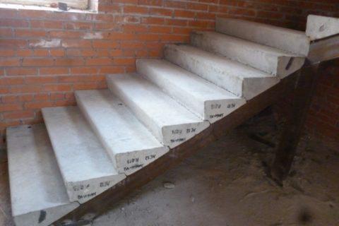 Лестница из готовых железобетонных ступеней: не самое красивое, но весьма экономичное решение