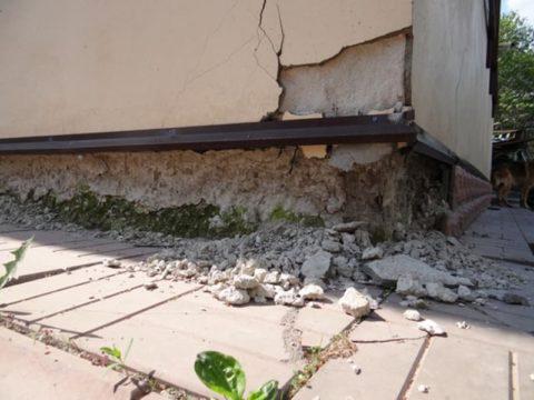 На фото последствия от воздействия влаги на незащищенный цоколь здания
