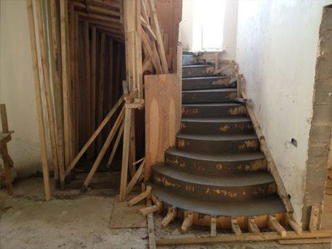 На фото сложная самодельная конструкция опалубки забежной лестницы
