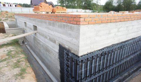 Оклейка фундамента и цоколя рулонным материалом начинается от нижнего края фундамента