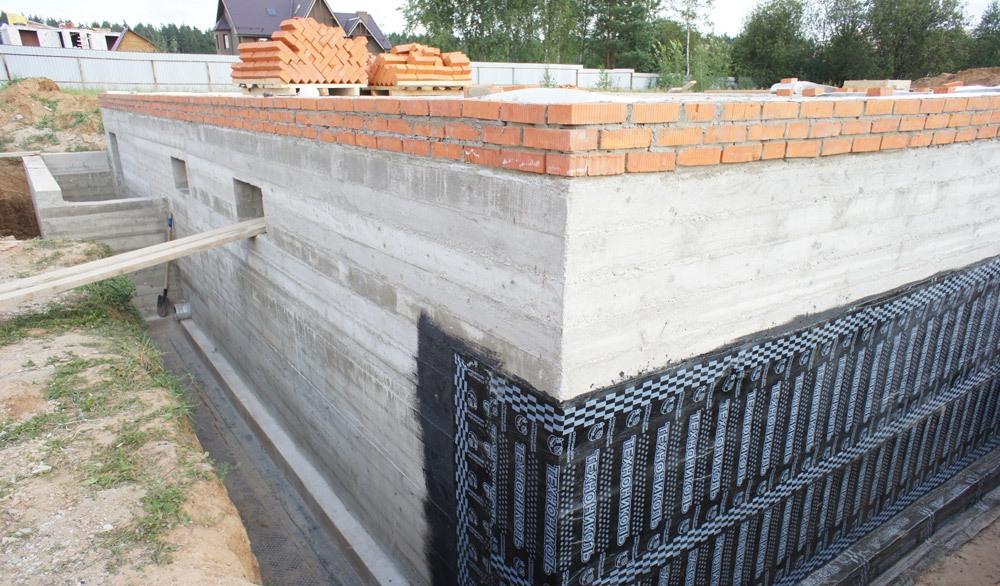 залить цоколь бетоном