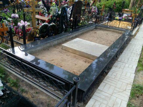 Цоколь на кладбище облицованный гранитом