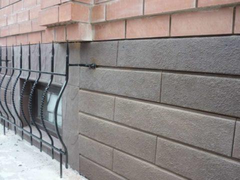 Вариант вровень со стеной значительно снижает эффективность устройства цоколя