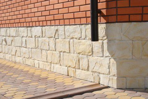 Бетонная плитка с имитацией текстуры камня - интересное дизайнерское решение для отделки цоколя