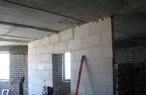 Демпферный шов необходим для снижения нагрузки на внутренние стены