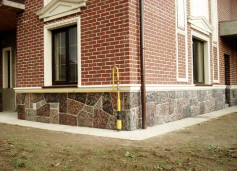 На фото дом с бетонным отливом, который является частью общего архитектурного решения