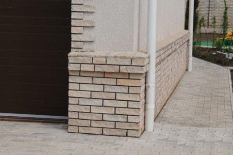 Отлив из клинкерной плитки является декоративным элементом фасада