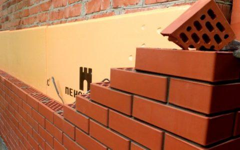 При помощи облицовки цоколя кирпичом можно изменить климат здания в целом