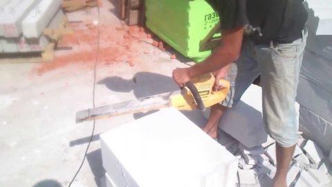 Резка газобетонного блока электропилой