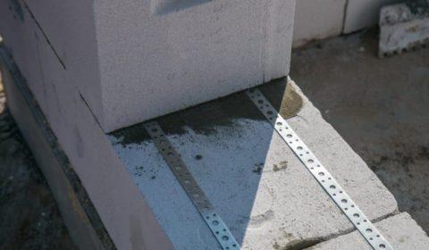 Строительство газобетонного дома с армированием кладки перфолентой
