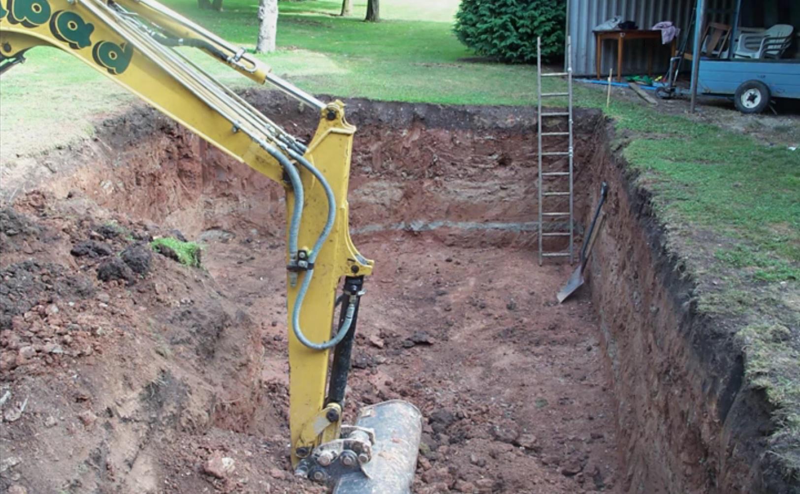 Строительство бетонного бассейна на участке: копка котлована