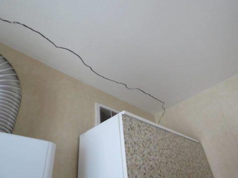 Нарушенная отделка говорит о необходимости серьёзного ремонта