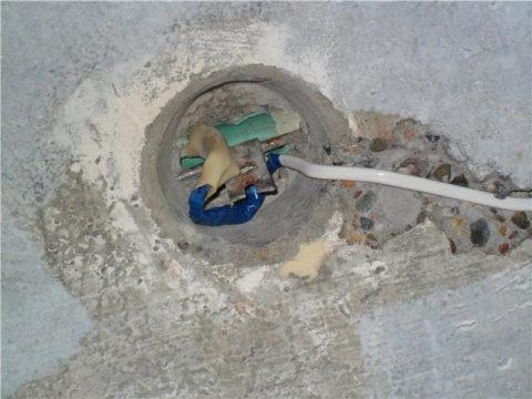 Отверстие под люстру и штраба под провод