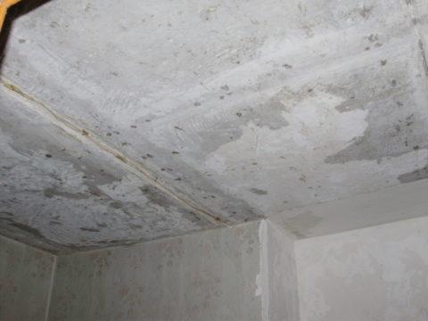 Потолок с перепадом в плоскости лучше выравнивать составом, усиленным фиброй