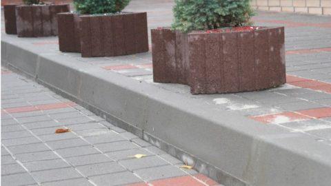 Бордюрный камень в дорожном устройстве