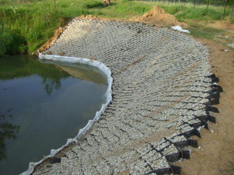 Берег пруда, укрепленный габионами с бетонным боем