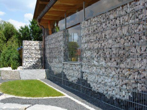 Стена из габионов, заполненных крупными обломками бетона