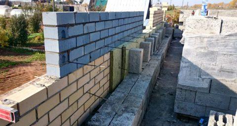 Два блока, кирпич и двойной утеплитель – эти стены действительно будут тёплыми