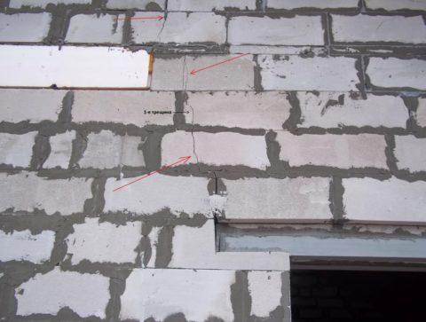 Трещины на стенах из пеноблоков