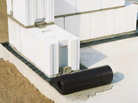 Выполнение горизонтальной гидроизоляции под блочной кладкой