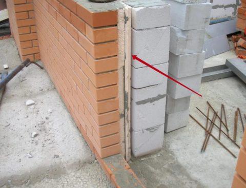 Горе-строители: непонятно, почему зазор оказался между газобетоном и утеплителем